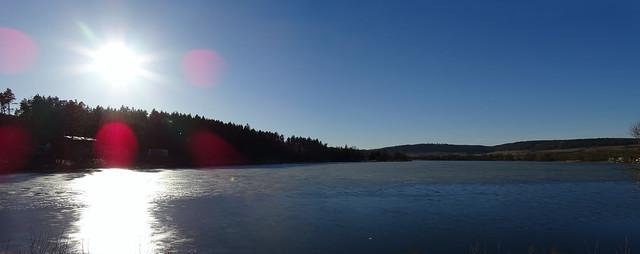 Wintersonne am Stausee