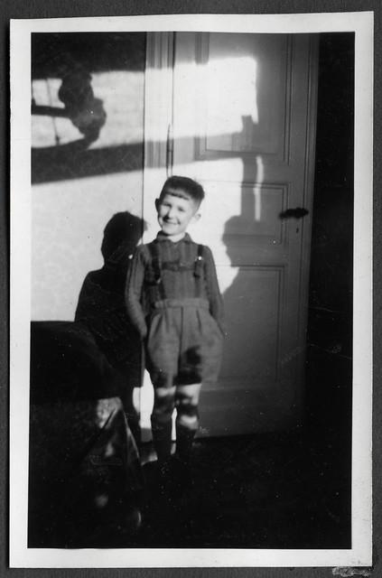 AlbumC70 Porträt am Türrahmen, 1930-1950er