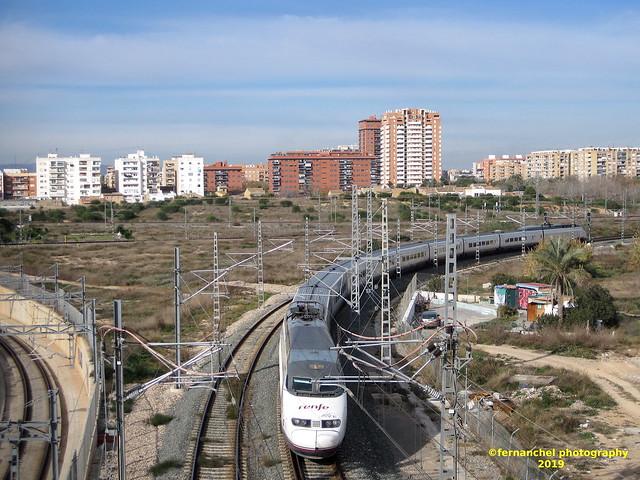 Tren de Alta Velocidad (AVE) a su paso por VALENCIA