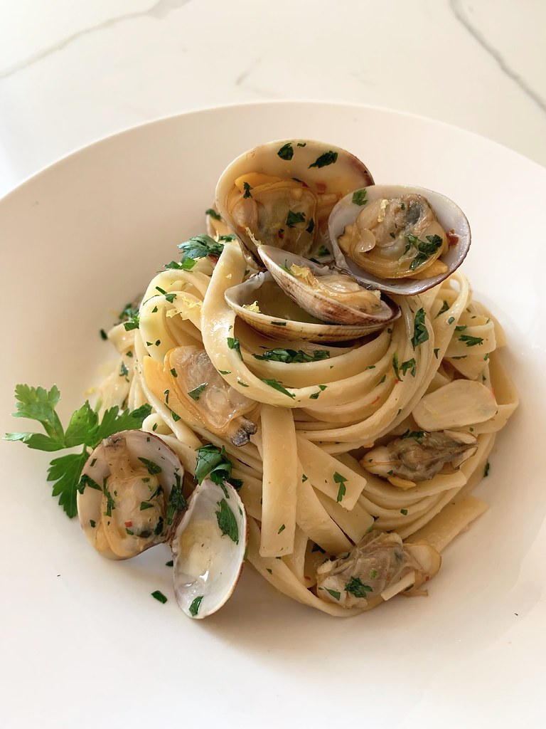 Linguine alle Vongole {Linguine with Clams}