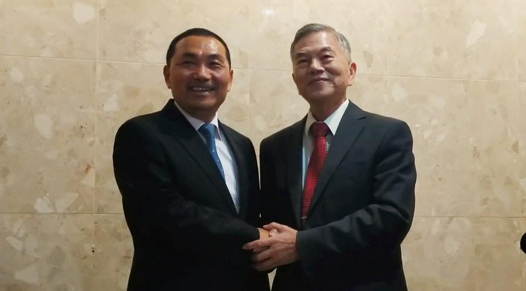 新北市長侯友宜(左)率市府團隊拜會經濟部長沈榮津(右)攝影:陳文姿