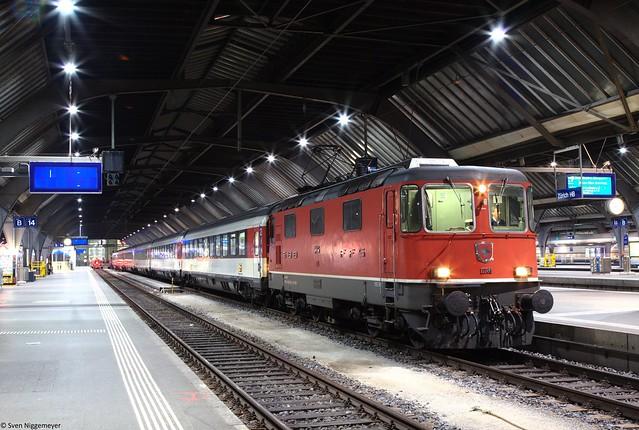Re 420 136-4 ( Re 4/4 II 11136 ) mit dem IC480 von Zürich über Schaffhausen nach Singen (Hohentwiel) in Zürich HB am 20.02.19