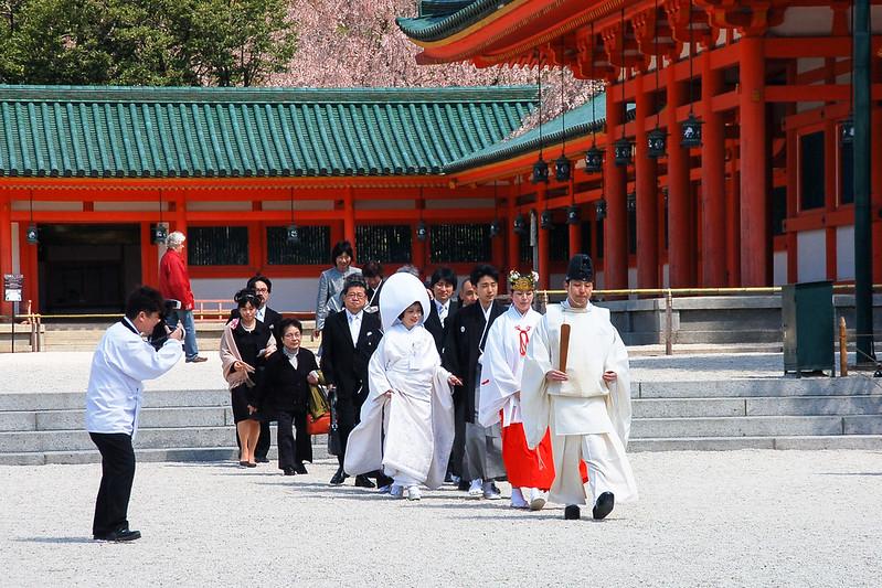 剛完成結婚儀式的新人正前往拍攝婚照 2