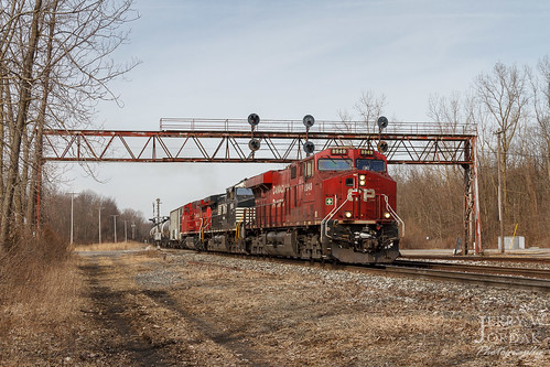 es44ac signalbridge 8949 ns cp gradecrossing oiltrain typeg tanktrain gate train66x unittrain norfolksouthern train crestline ohio unitedstatesofamerica us