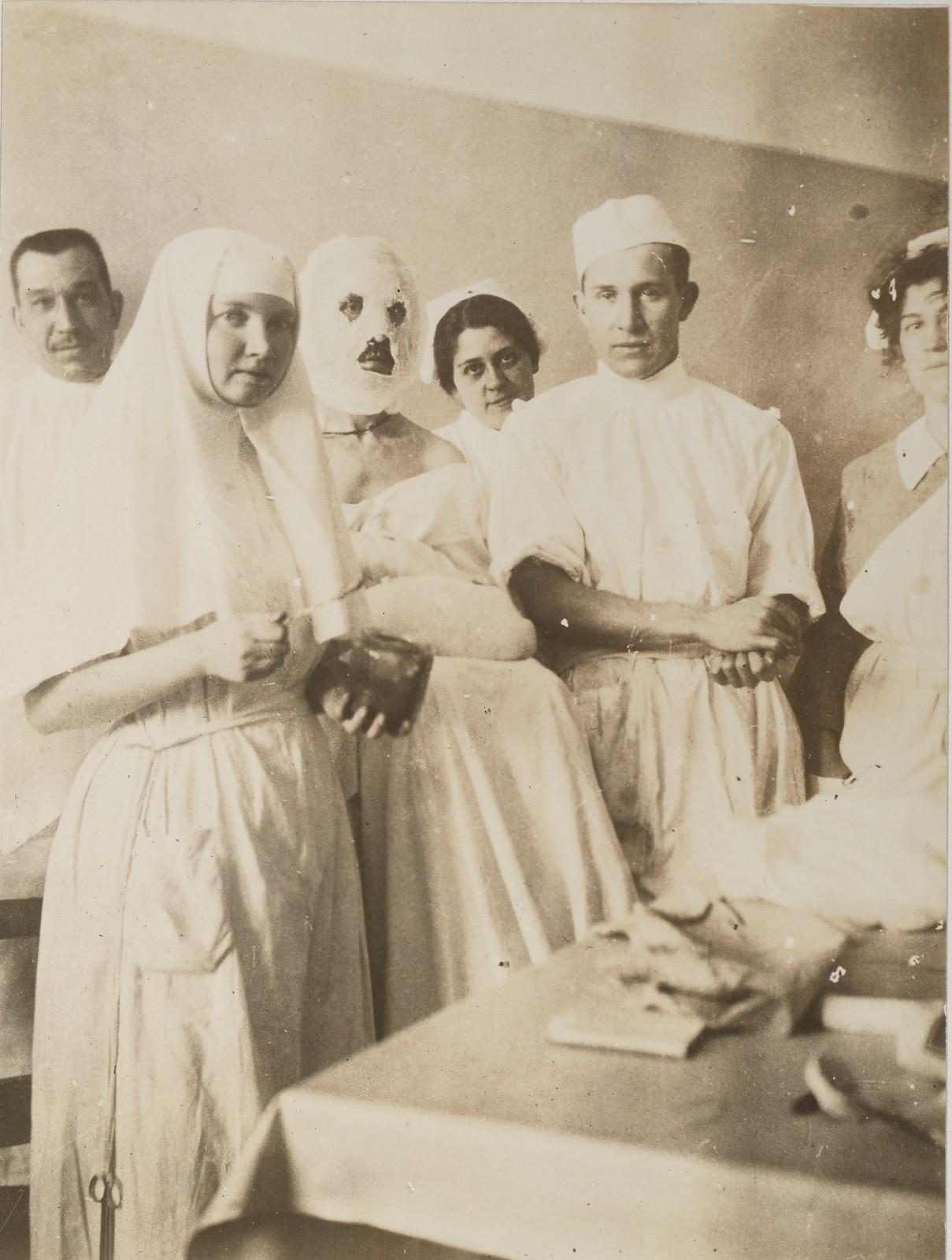 Обожженная пациентка, русская сестра, доктор А.М. Зинхан и медсестры Американского Красного Креста