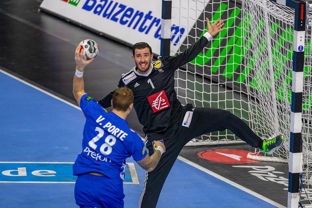 Gegnerischer Spieler holt zum Schuss auf Deutsches Tor aus an Handball Weltmeisterschaft 2019