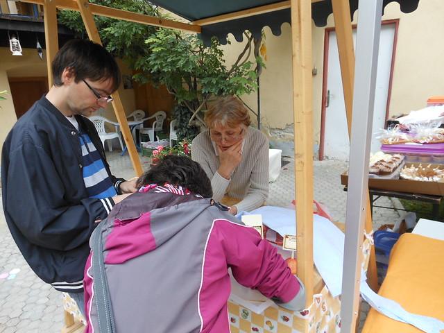 Janko Beňo s Jankou Beňovou a Majkou Škodovou vyhotovujú názvy pre koláčiky