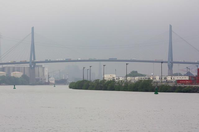 Hamburg: Blick von der Norderelbe in den Köhlbrand (Mündungsarm der Süderelbe in die Norderelbe) mit Köhlbrandbrücke