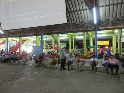 チェンマイ競馬場のスタンド内部で腰かける人々