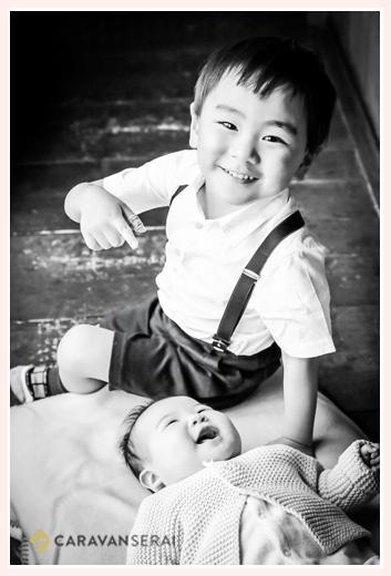 笑顔の兄弟 お兄ちゃんと妹(赤ちゃん) モノクロ写真