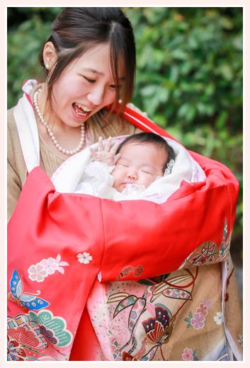 女の子の赤ちゃんの初宮詣り 赤い着物