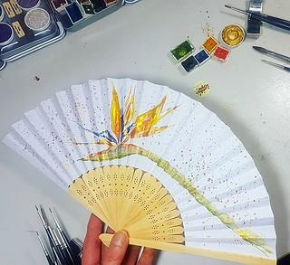 Nun gibt es mit der Strelitzie noch ein weiteres Motiv bei den handbemalten Fächern. 😁 #wandklex #malerei #handgemalt #aquarell #watercolor #watercolour #fan #faecher #etsy #etsyde #etsyseller #etsyfinds #etsygifts #etsyfindes #onewomanshow #strelitz | by wandklex Ingrid Heuser freischaffende Künstlerin