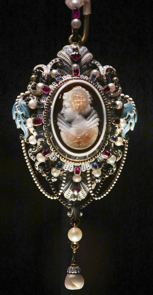 Pendant with cameo portrait of Marie de' Medici, about 1865, England, London, made by Carlo Giuliano, cameo by Georges Bissinger