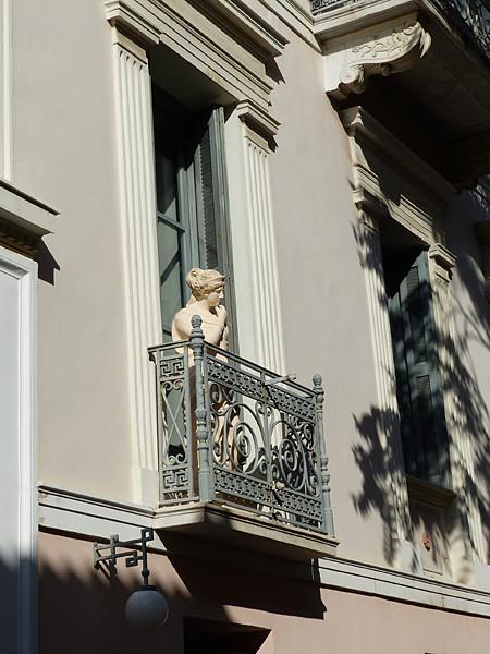 statue à la fenêtre`