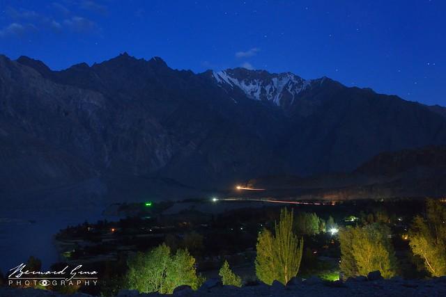 Village de Passu après le coucher du soleil © Bernard Grua