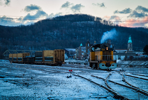 johnstown pennsylvania conemaugh black lick train trains sw7 emd switcher shortline urban steel pa sunrise snow spring cold smoke freight