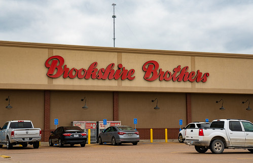 brookshire brookshirebros brookshirebrothers labels photograph texas trinity chain grocer grocery grocerystore parkinglot supermarket