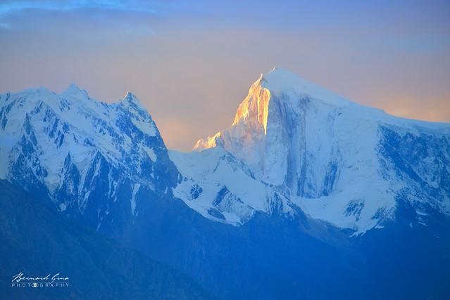 Premiers rayons sur le Golden Peak (7 027 m), vu  de Duikar (Eagle's Nest) © Bernard Grua