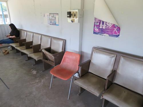 チェンマイ競馬場のクーラー付特観席の座席