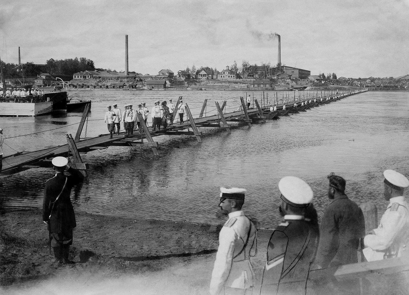 1901. Переправа Николая II через понтонный мост на Неве