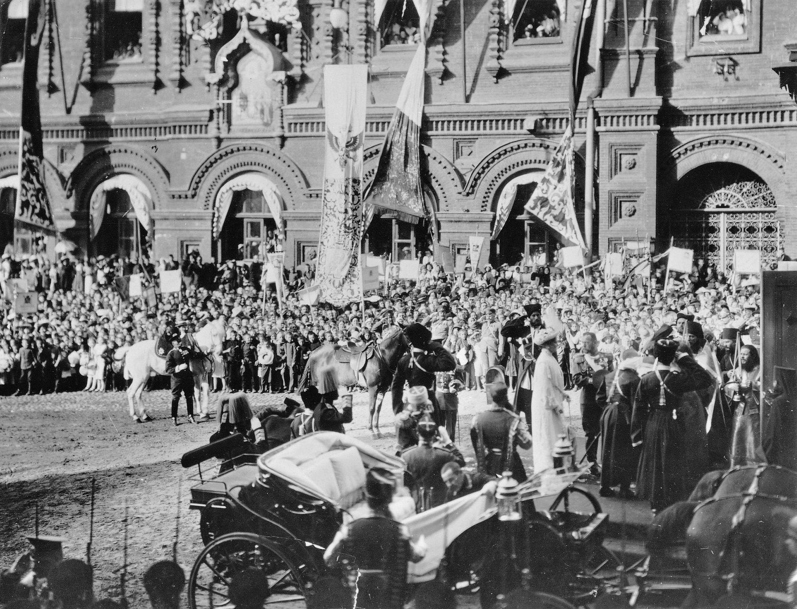 1912. Прибытие Их Императорских Величеств в Москву. У Иверской часовни
