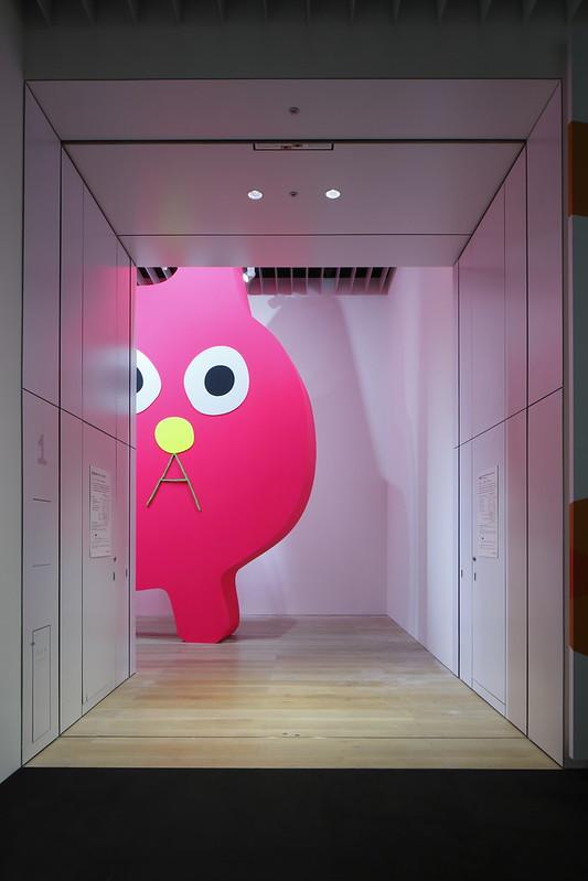 飯川雄大《デコレータークラブ―ピンクの猫の小林さん―》