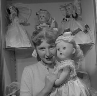 A girl and a toy doll / Une jeune fille tenant une poupée