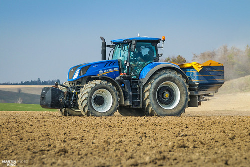 Fertilizing fields before sowing | New Holland // Bogballe | by martin_king.photo