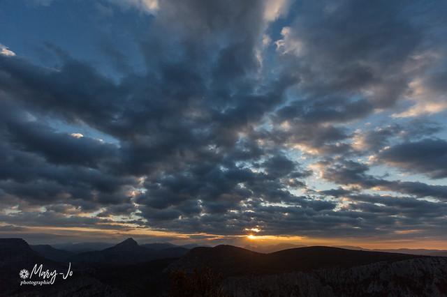 Lever de soleil à travers les nuages...  Sunrise through the clouds ...