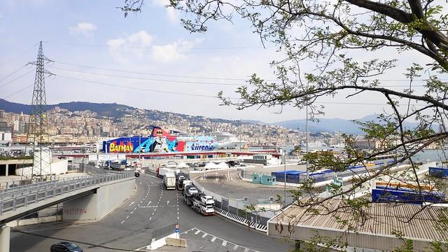 Blick auf den Fährhafen Genua