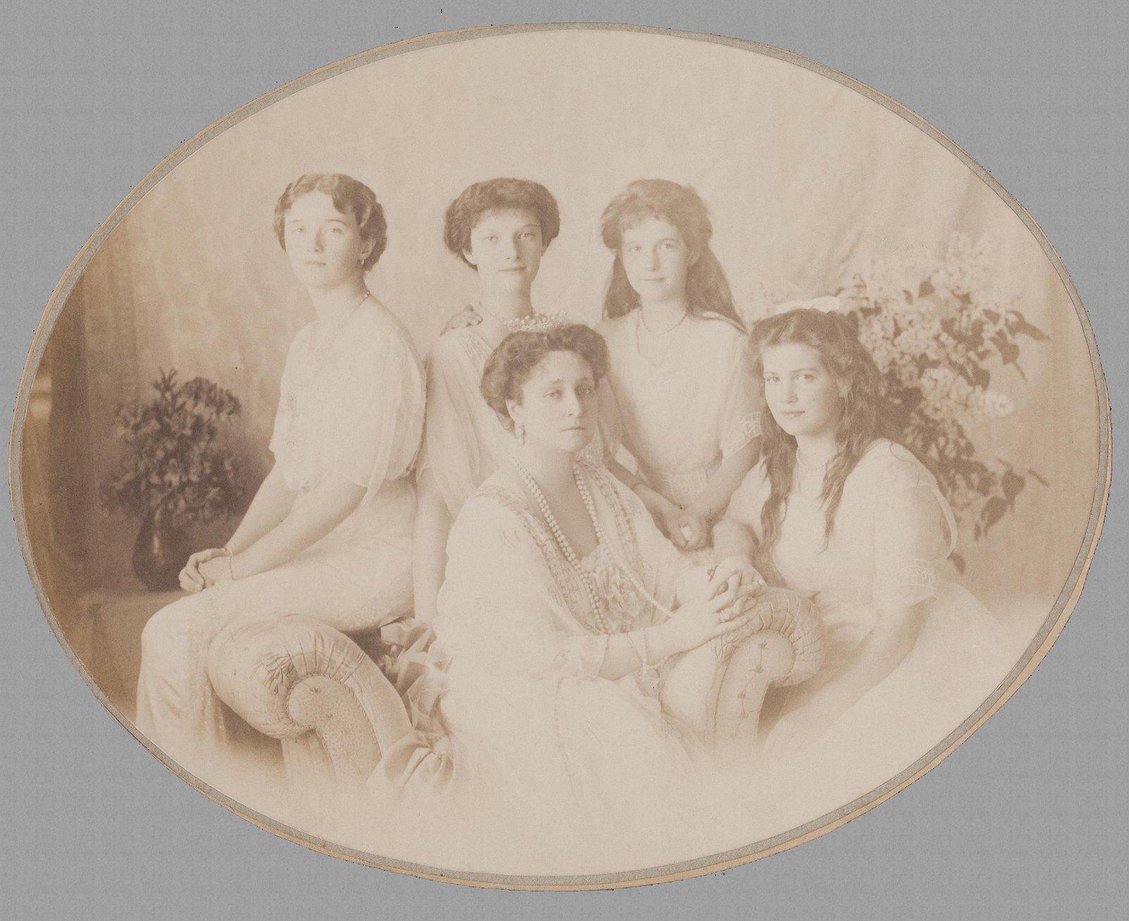 1913. Портрет императрицы Александры Федоровны с дочерьми