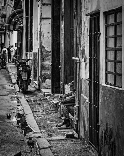 bw blackwhite blackandwhite cuba man monochrome people streetphotography waiting lahabanavieja havana cu