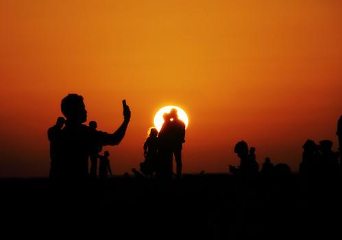 sunset silhouette people selfie debmalyamukherjee canon550d 18135 mumbai dusk sundown