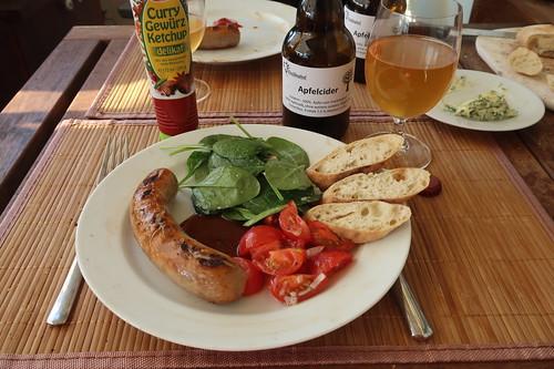 Rostbratwurst vom Rind mit Curry Gewürz Ketchup, Tomatensalat, Spinatsalat und Baguette