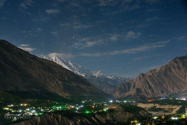Karimabad, vue nocturne du Rakaposhi et de la vallée de la Hunza © Bernard Grua