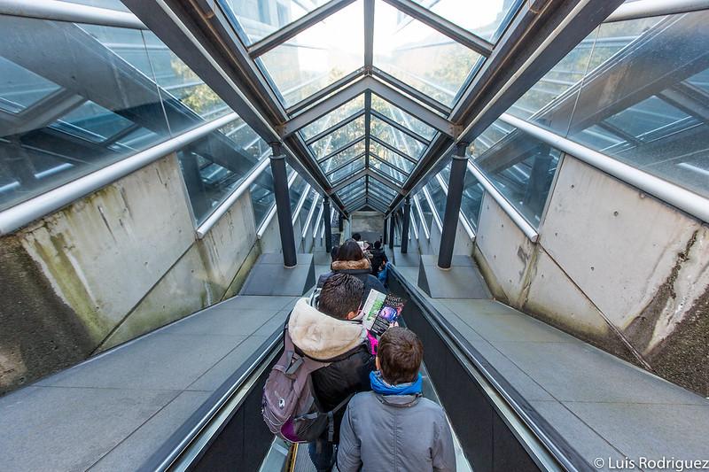Escaleras mecánicas al entrar en el museo