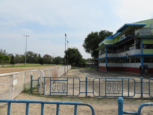 チェンマイ競馬場のクーラー付観覧席前の空間
