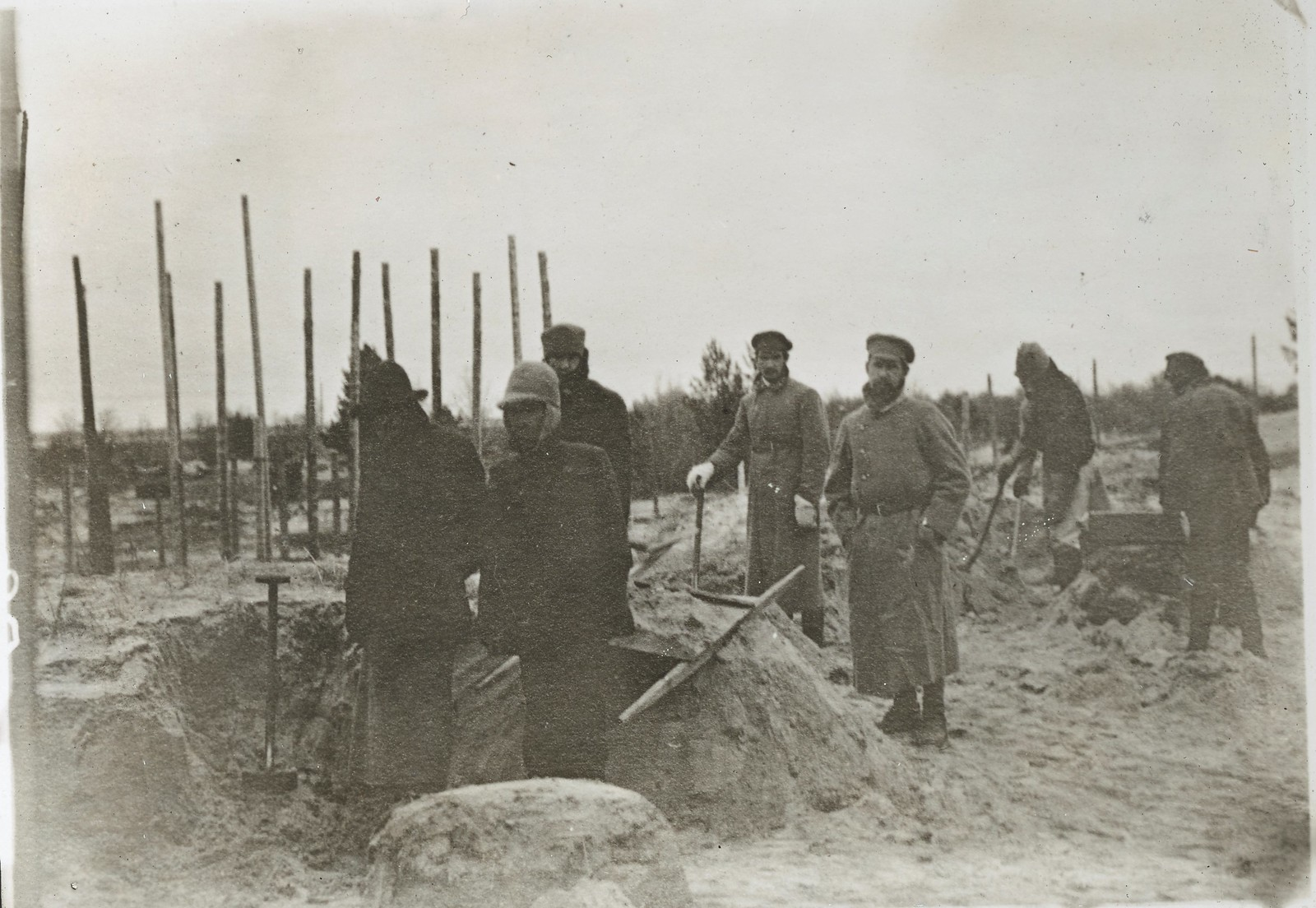 Архангельск. Большевистские заключенные концлагеря на острове Мудьюг