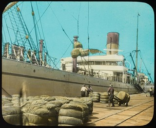 Bales being hoisted onto a steamship, Brisbane, Queensland, ca. 1910