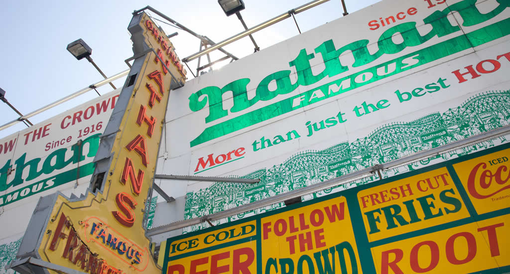 Coney island: Nathan's Famous hot dogs (foto met dank aan: Malcolm Brown) | Mooistestedentrips.nl