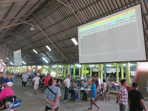 チェンマイ競馬場のスタンド内部にあるオッズスクリーン