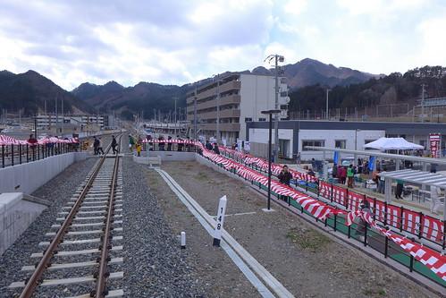 真新しくなった鵜住居駅。開業日には駅前でイベントが開催された。三陸鉄道への移管後も、距離標は山田線時代のまま、盛岡起点になっている。