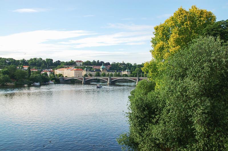 查理大橋俯瞰伏爾塔瓦河(遠處為Manes Bridge, Mánesův most) 1