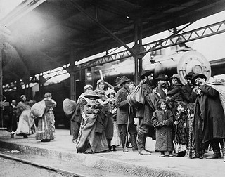 Arrival of immigrants at Union Station, Toronto, Ontario / Arrivée d'immigrants à la gare Union, Toronto (Ontario)