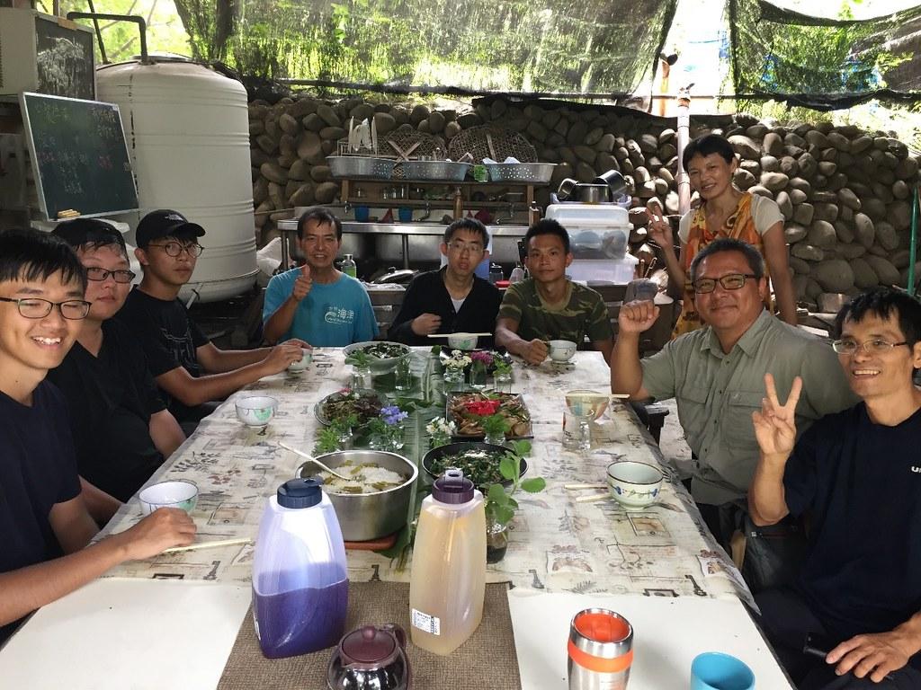 劉晉宏認為社區農園除了作為市民休閒的去處外,在食農教育上可扮演的功能很多。作為一個在地平台,社區農園也能聚集成為聚集人才之處,為推廣生態永續農業的目標一起努力,圖為劉晉宏與千甲農場工作夥伴。