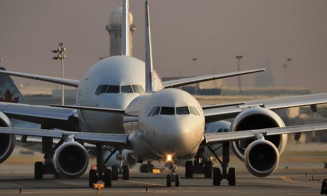 Take-off queue - Air Canada Airbus A319 and Boeing 777 - Toronto Pearson ..