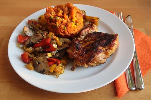 Entbeinter Hähnchenschenkel vom Grill mit Tomatenreis und Röstgemüse
