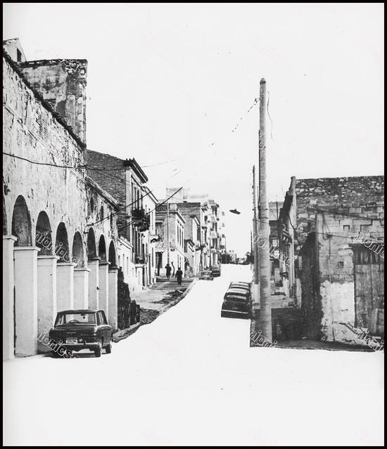 """Οδός Ιάσωνος, Πειραιάς. Φωτογραφία του Στέλιου Σκοπελίτη από το βιβλίο """"Νεοκλασσικά σπίτια της Αθήνας και του Πειραιά"""" Εκδόσεις """"Δωδώνη"""", Αθήνα, 1975."""