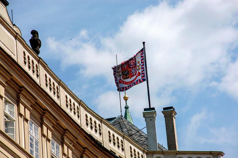 捷克總統辦公室上方的國旗飄揚時,代表總統人在國內