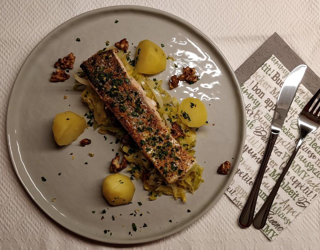 Lachs auf Kohl-Walnuss-Gemüse mit Salzkartoffeln